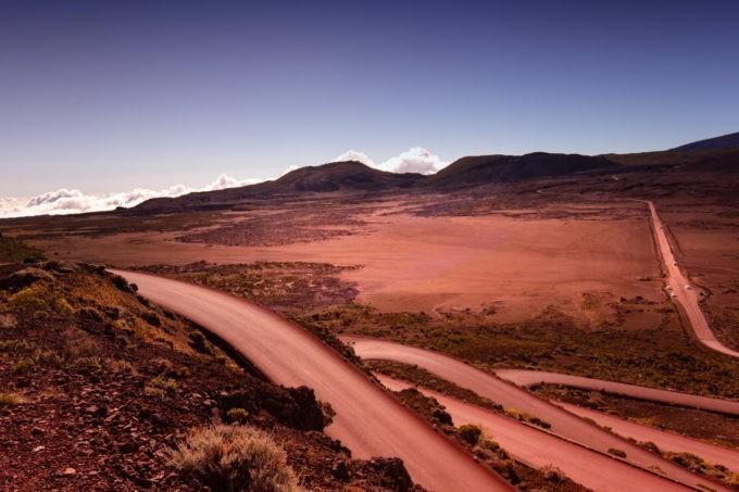 La route dans un paysage lunaire pour rejoindre le Piton de la Fournaise