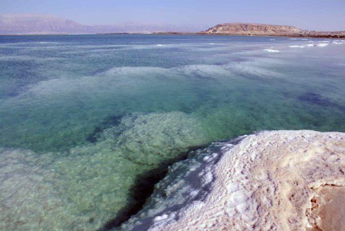 La côte de la mer morte et ses eaux cristallines...