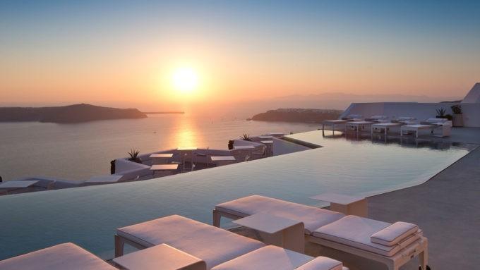 Coucher de soleil sur la Caldéira dans les îles grecques