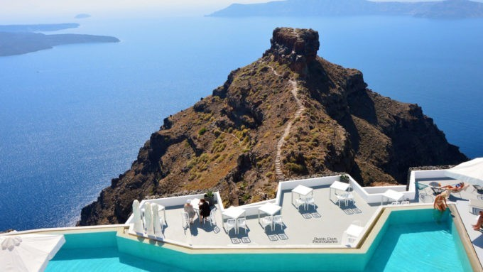 La piscine extérieure du Grace hôtel à Santorin
