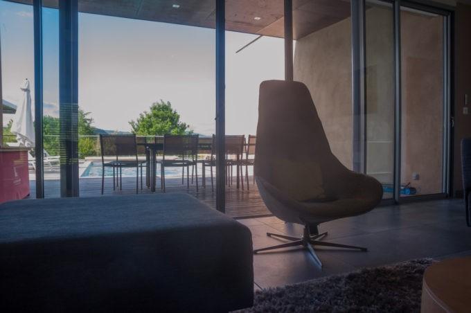 Fauteuil design, terrasse pour profiter de la villa de Labro