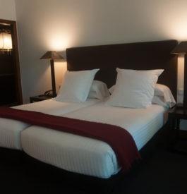 Le lit king size de la suite 22 de l'hôtel Primero Primera