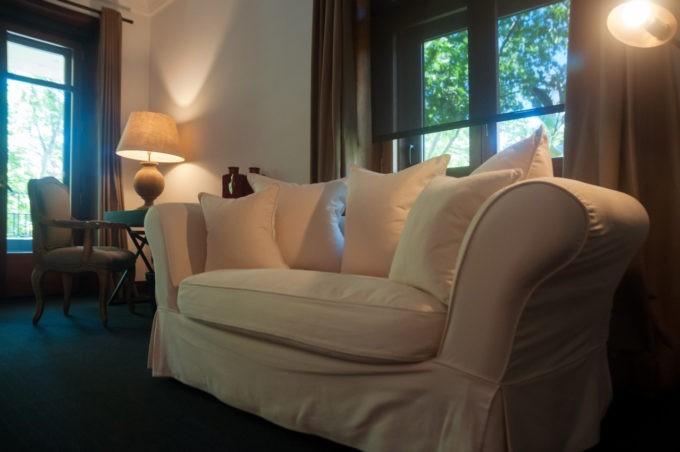 Un sofa confortable dans la suite de l'hôtel Primero Primera