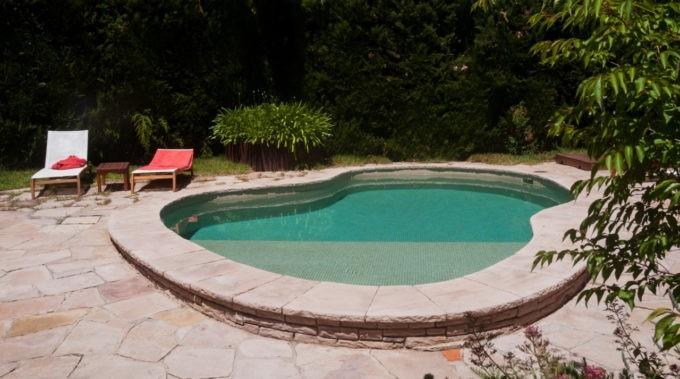 La piscine extérieure de l'hôtel primero primera