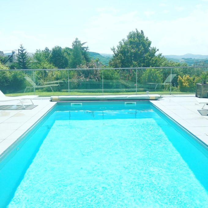 Une des grandes piscines des villas de Labro