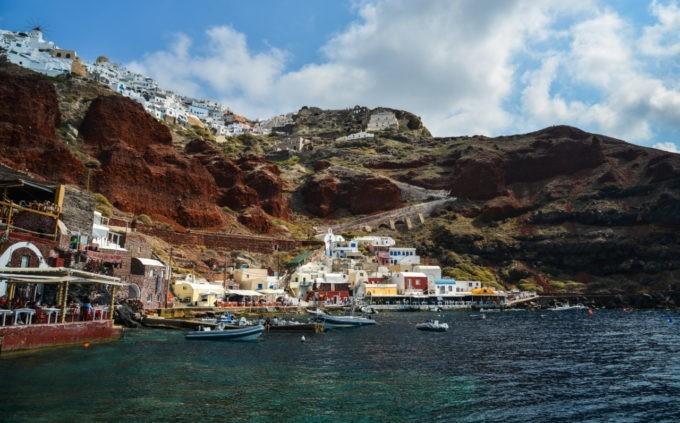 La côte de Santorin et sa plage de sable blanc