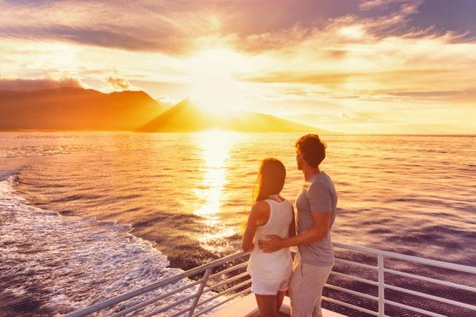 Un couple à bord de notre catamaran au coucher de soleil