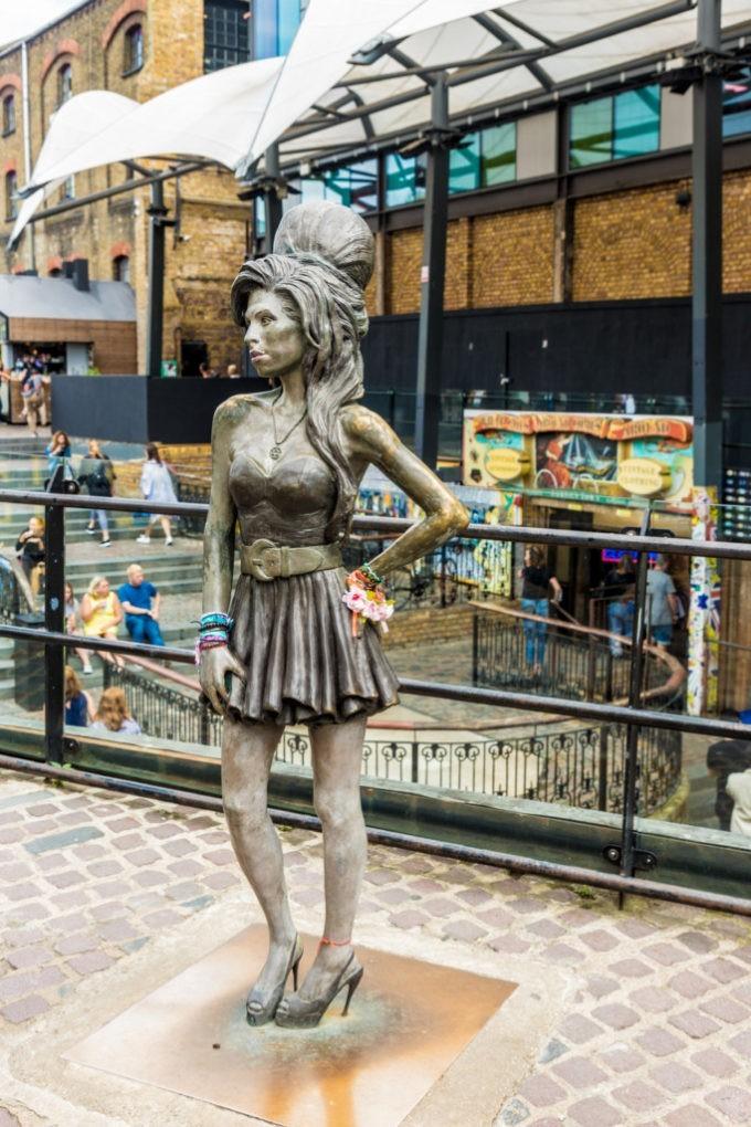 La statue de la chanteuse Amy Winehouse