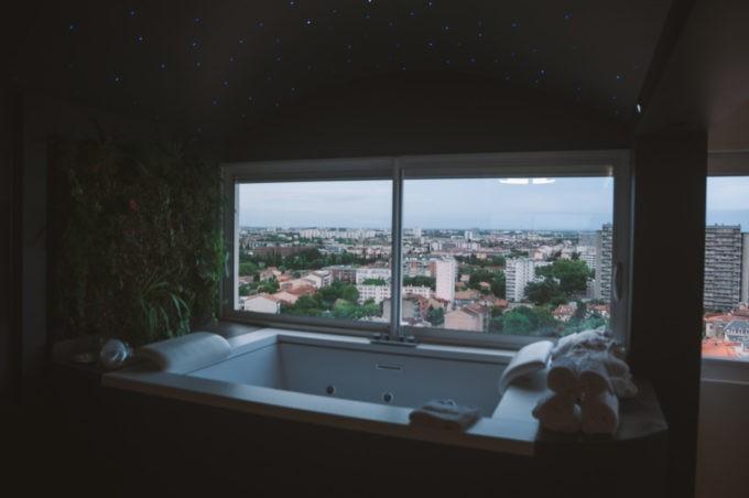 Un jacuzzi installé dans l'appartement au 19e étage