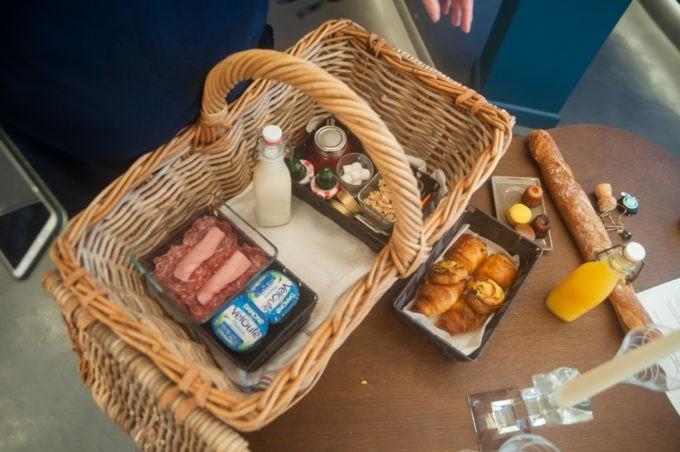 Au matin, un petit déjeuner copieux vous est livré dans un panier en osier