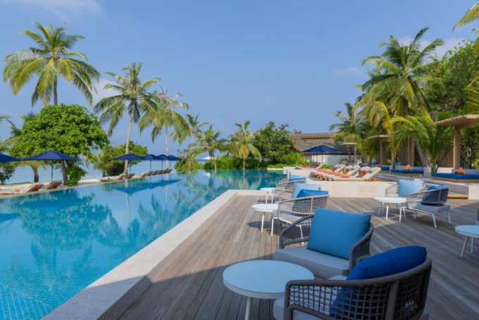 Bord de piscine aux Maldives