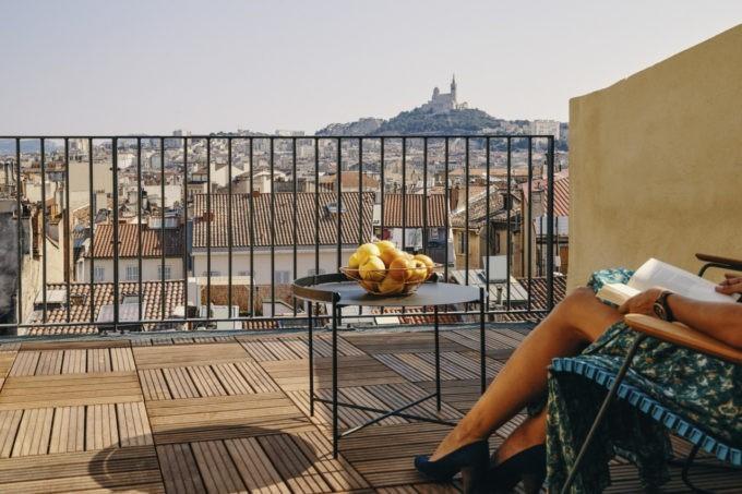 Les espaces extérieurs de la chambre privilège avec terrasse à Marseille