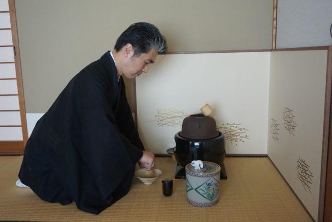 Une gestuelle spéciale est imposée par le code de la cérémonie du thé