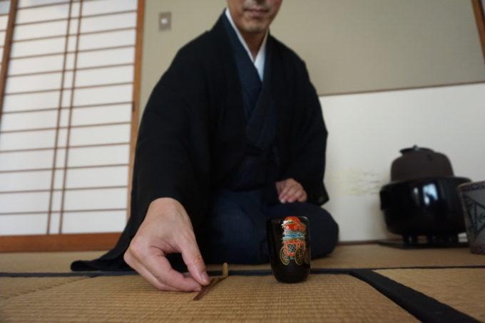 Précision et rigueur du geste lors de la cérémonie du thé