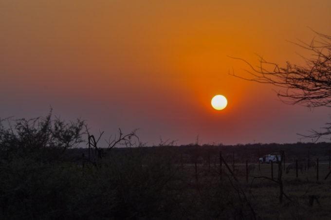 Le soleil se couche au loin