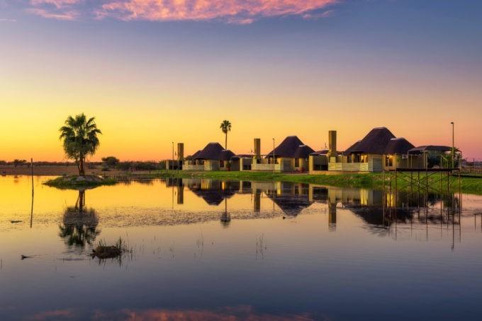Coucher de soleil sur des lodges de luxe en Namibie