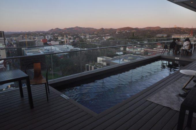 La piscine du Avani hôtel à Windhoek