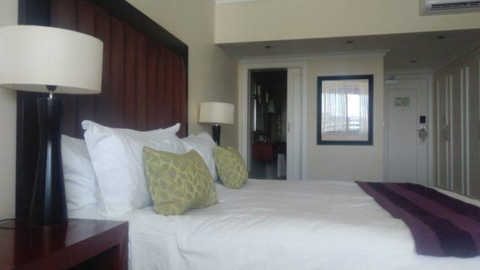 Le lit king size dans la chambre 801 de l'Avani hôtel à Windhoek