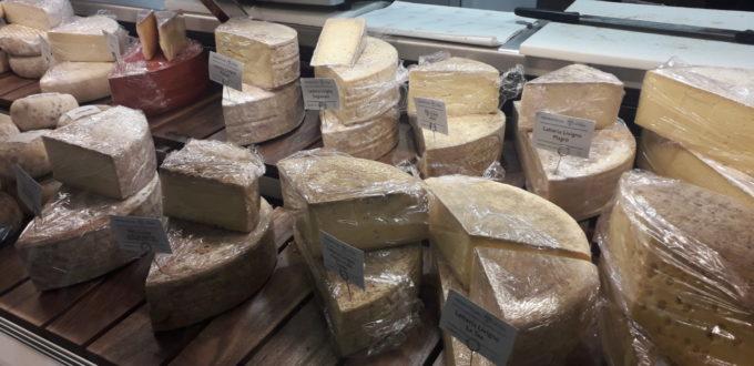 les fromages produits localement sont à la vente
