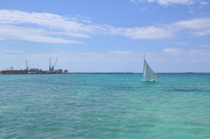 Le long de la plage à Nassau