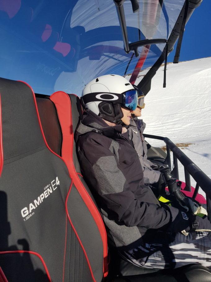 A bord du télésiège, skis au pied, prêts à dévaler les pistes