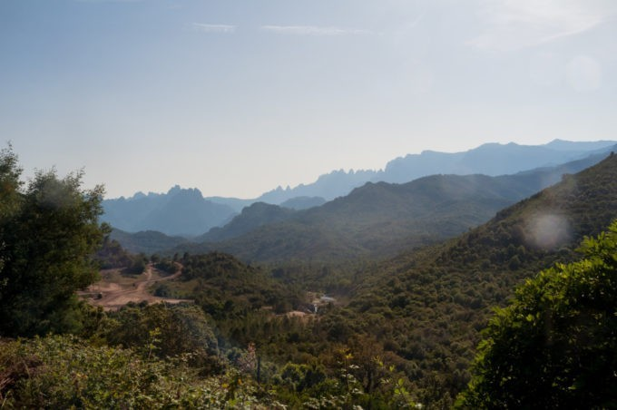 Point de vue sur les montagnes corses
