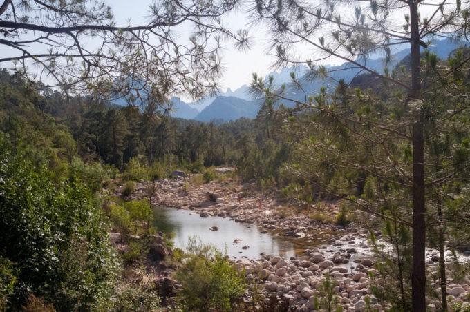 La rivière qui longe la route principale