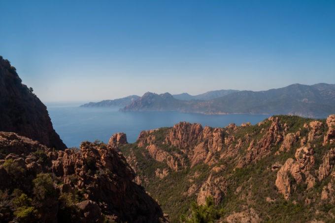 Entre des rochers imposants, la mer règne en maître et dessine les contours de cette île à la perfection !
