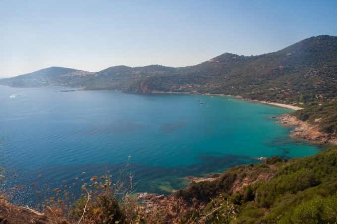 Route superbe le long de la côte en Corse du Sud