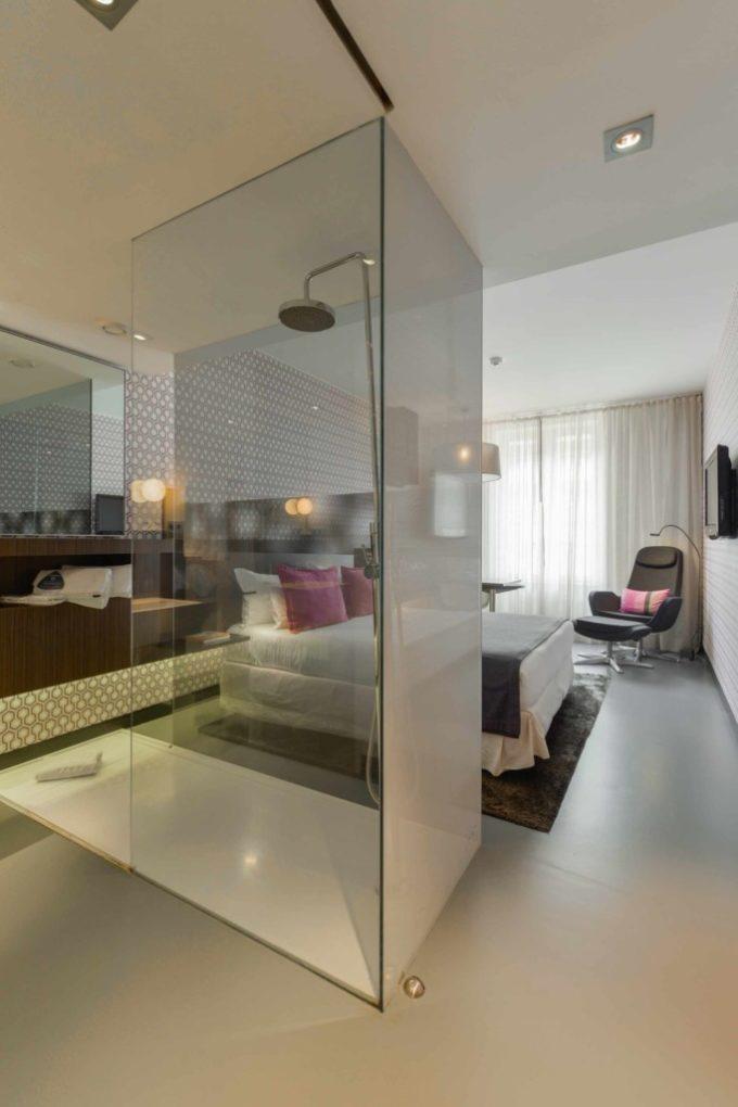 La chambre avec l'espace salle de bain
