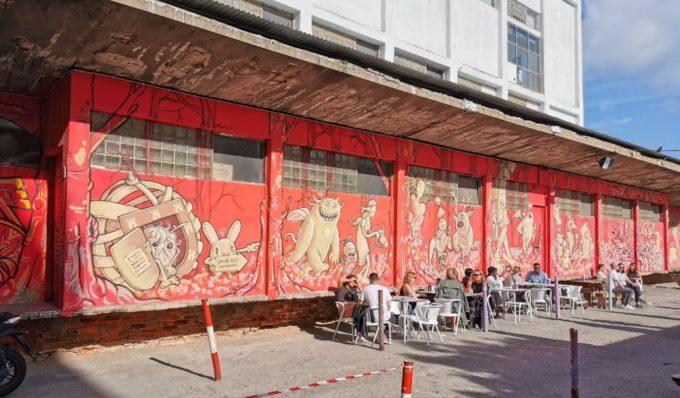 Un café avec un immense graffiti