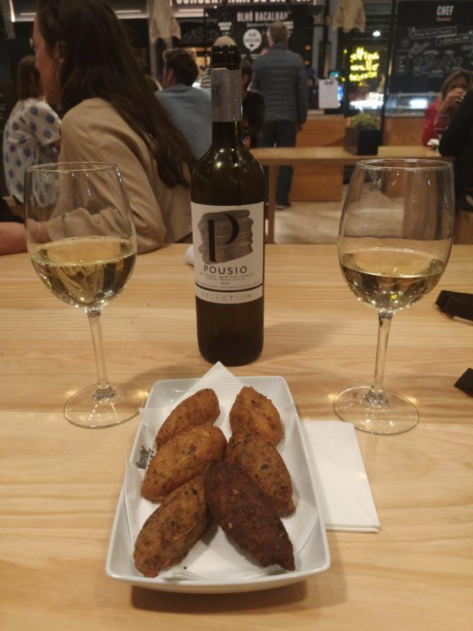 Un vin blanc avec des croquettes à la morue