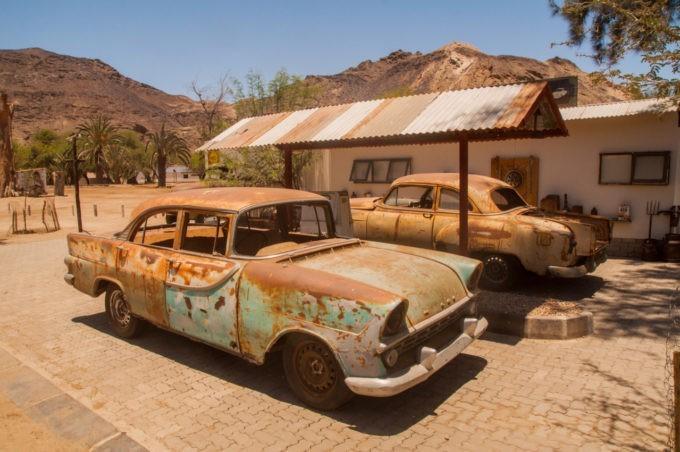 Les vieilles carcasses de voitures trônent dans ce village