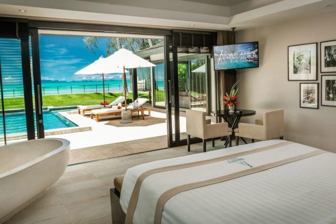La chambre avec un accès direct à la piscine privée