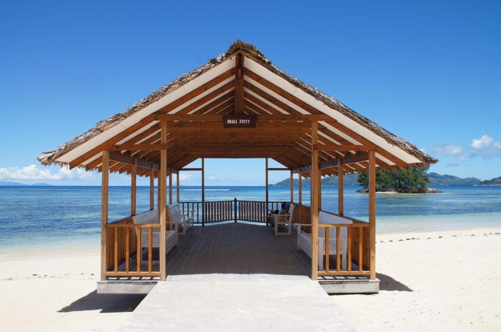 Sur la plage aux Seychellesac