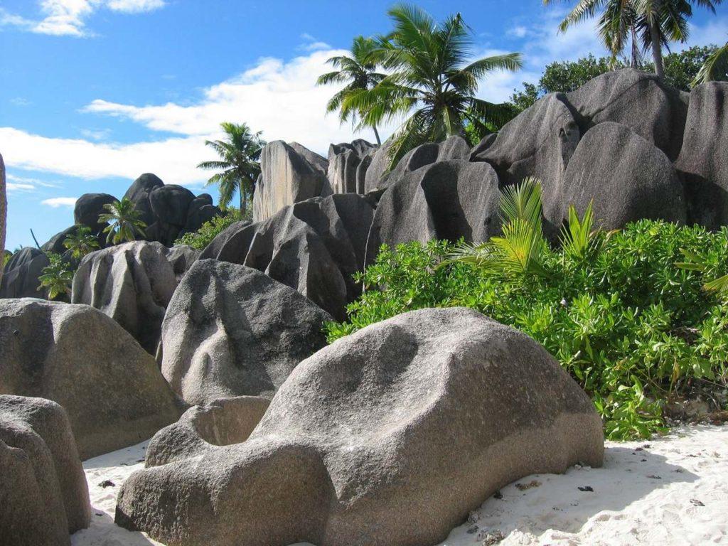 Des rochers énormes aux Seychelles