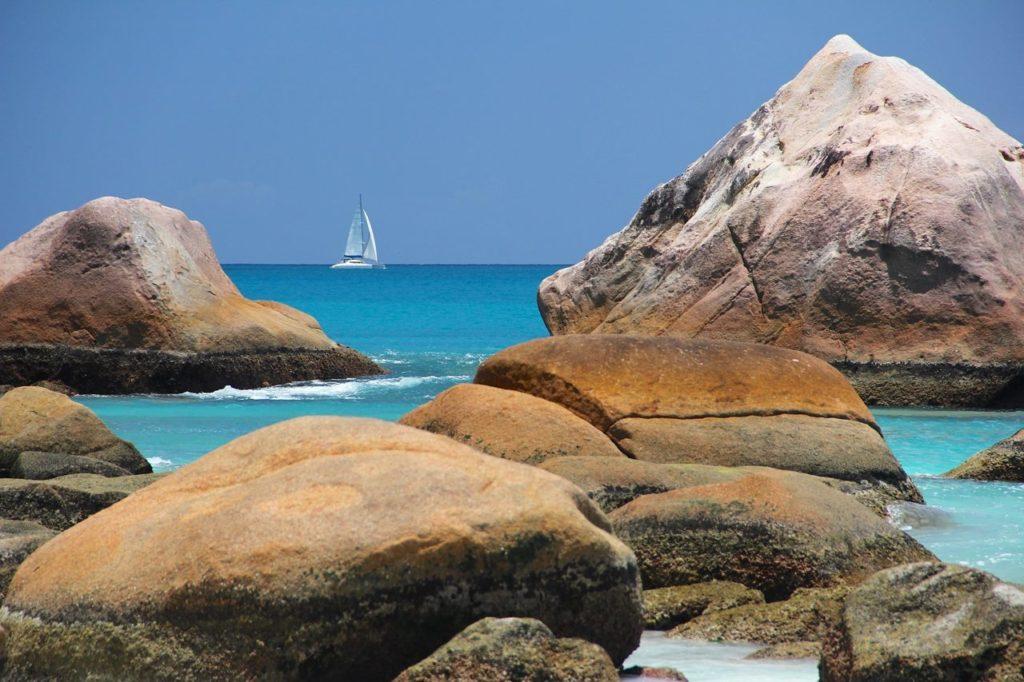 Des rochers énormes aux Seychelles dans les eaux turquoises