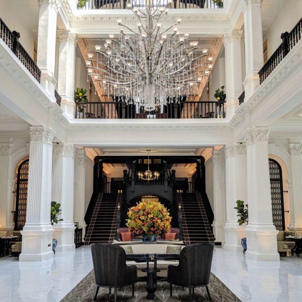 Elégance dans le lobby du Raffles à Singapour