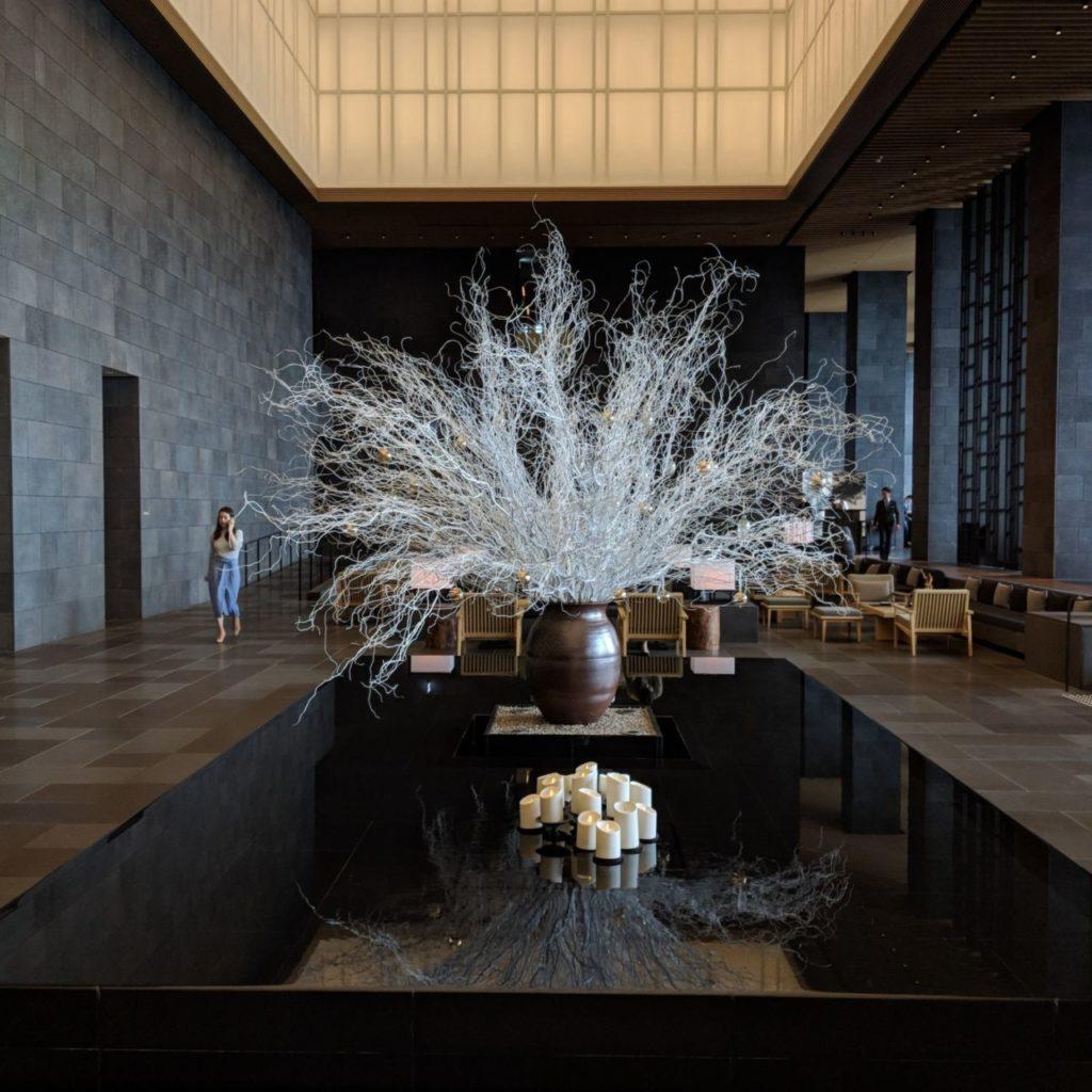 Décoration cosy et raffinée dans le hall d'entrée du Aman Tokyo