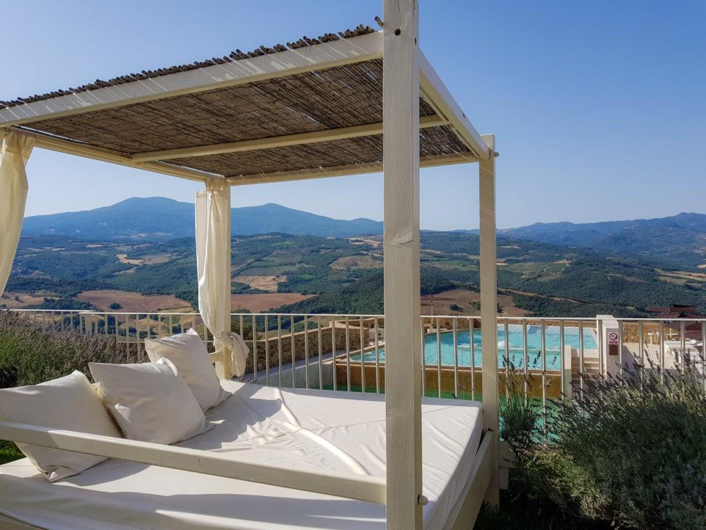 La piscine avec la terrasse de l'hôtel