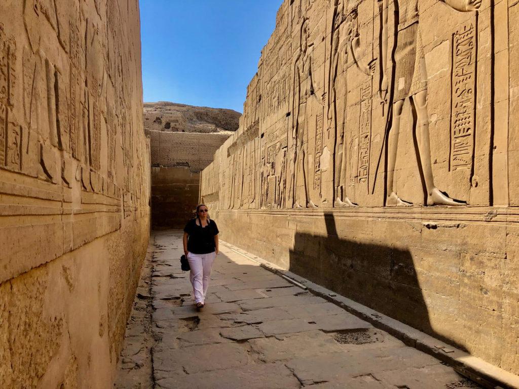 Maud en train de visiter les pyramides