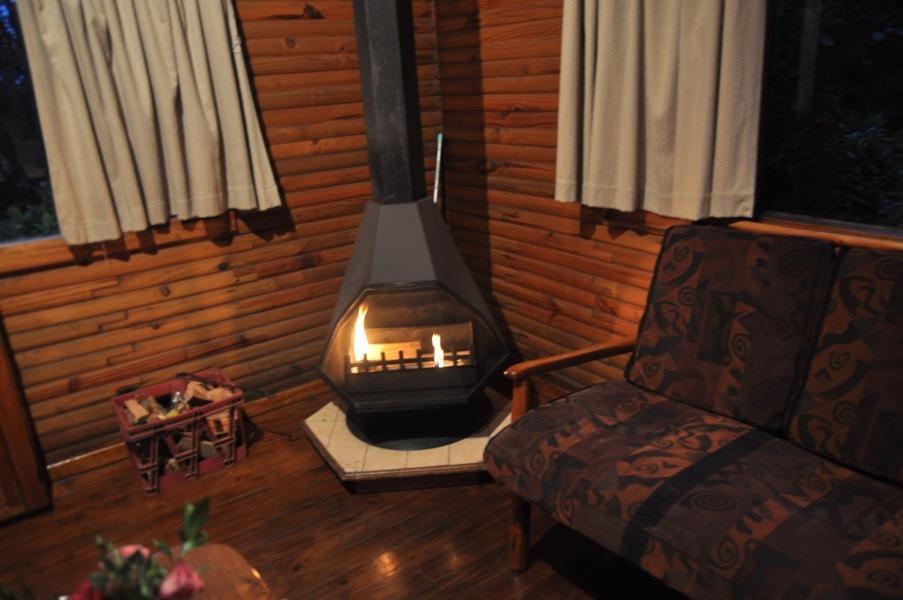 Le salon avec un coin cheminée