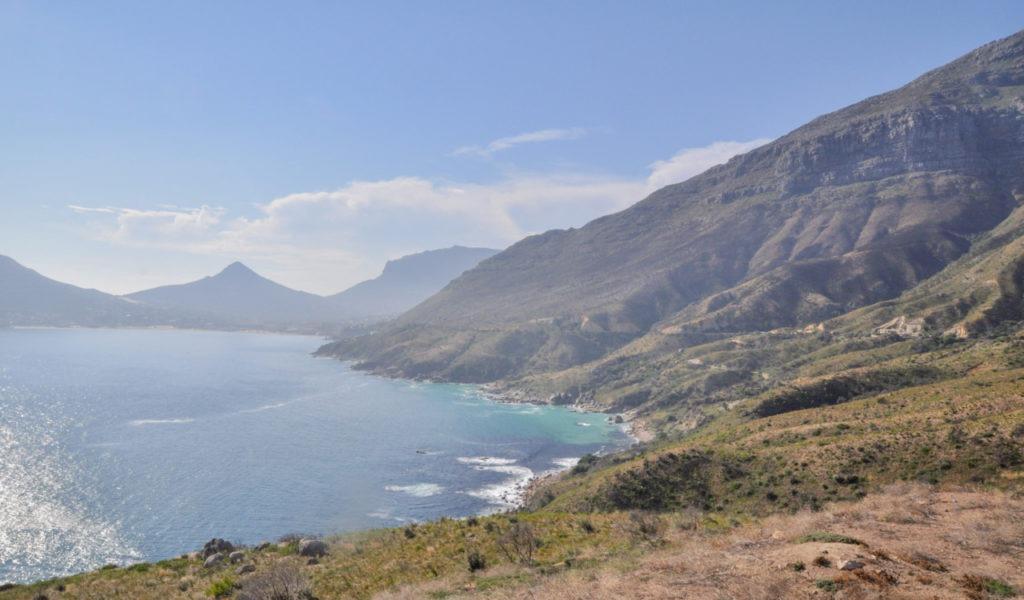 Aussitôt dit, aussitôt fait, nous voilà sur la route de Hoot Beach qui serpente le long des falaises.