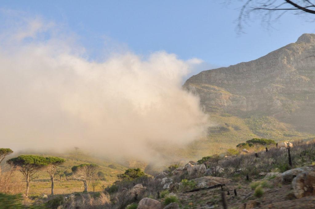 Alors qu'un épais brouillard est en train de s'installer sur Cape Town