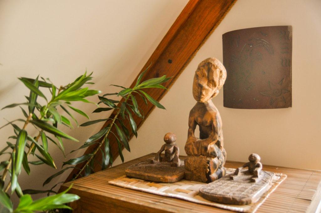 Des statues africaines sont disposées un peu partout dans la chambre