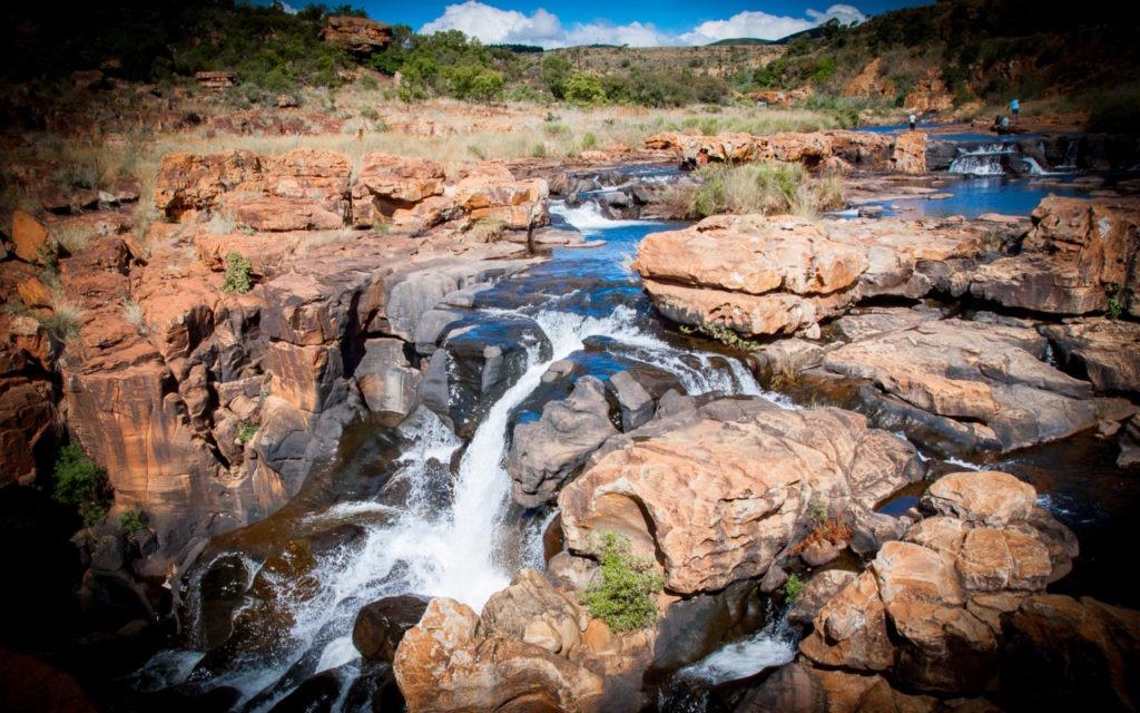 Un peu plus loin, on se retrouve tout près de la rivière et des énormes rochers