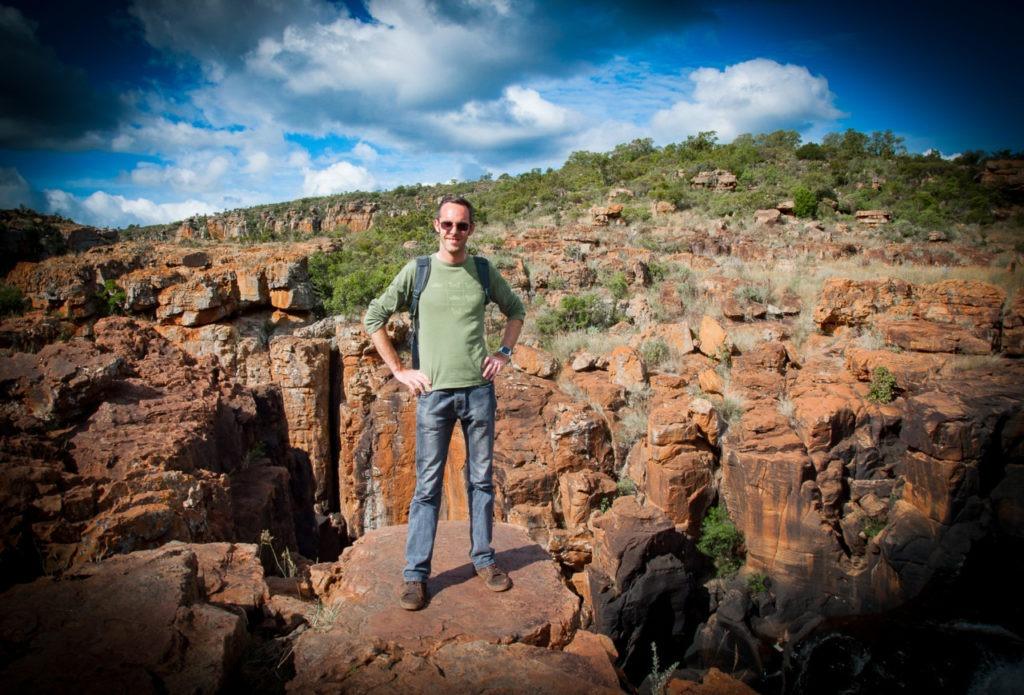Julien au milieu des rochers