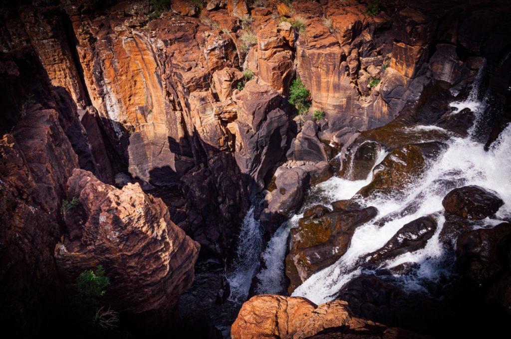 La rivière rencontre des rochers immenses
