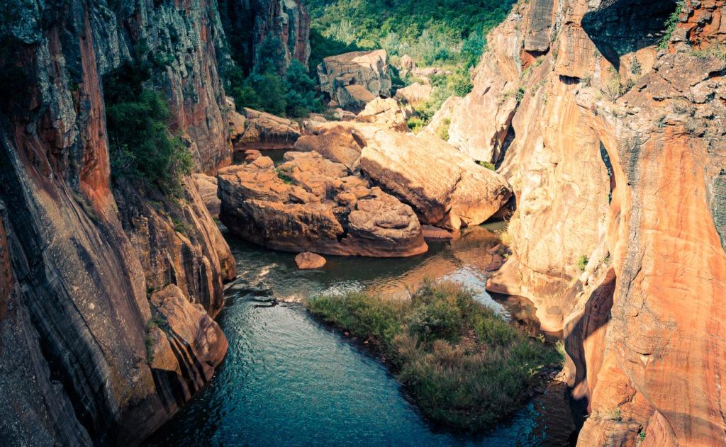 La rivière serpente entre les rochers