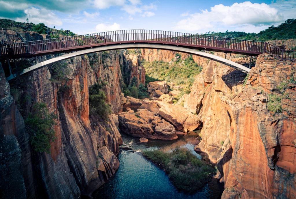 Un pont permet de relier les deux rives